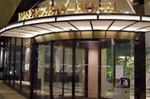 桜木町駅徒歩3分、館内に一歩入るとそこはアーバンリゾート。出張・観光の拠点として最高の立地。